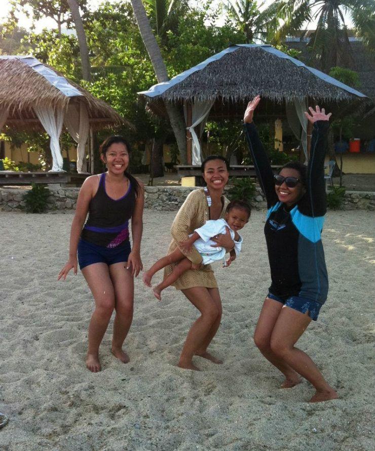At Laiya Batangas with elementary buddies Jenessa and Paula (with Ralp behind the camera ;)