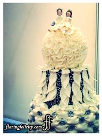 I love the couple dolls sitting on the pure white wedding cake. Kawaii.